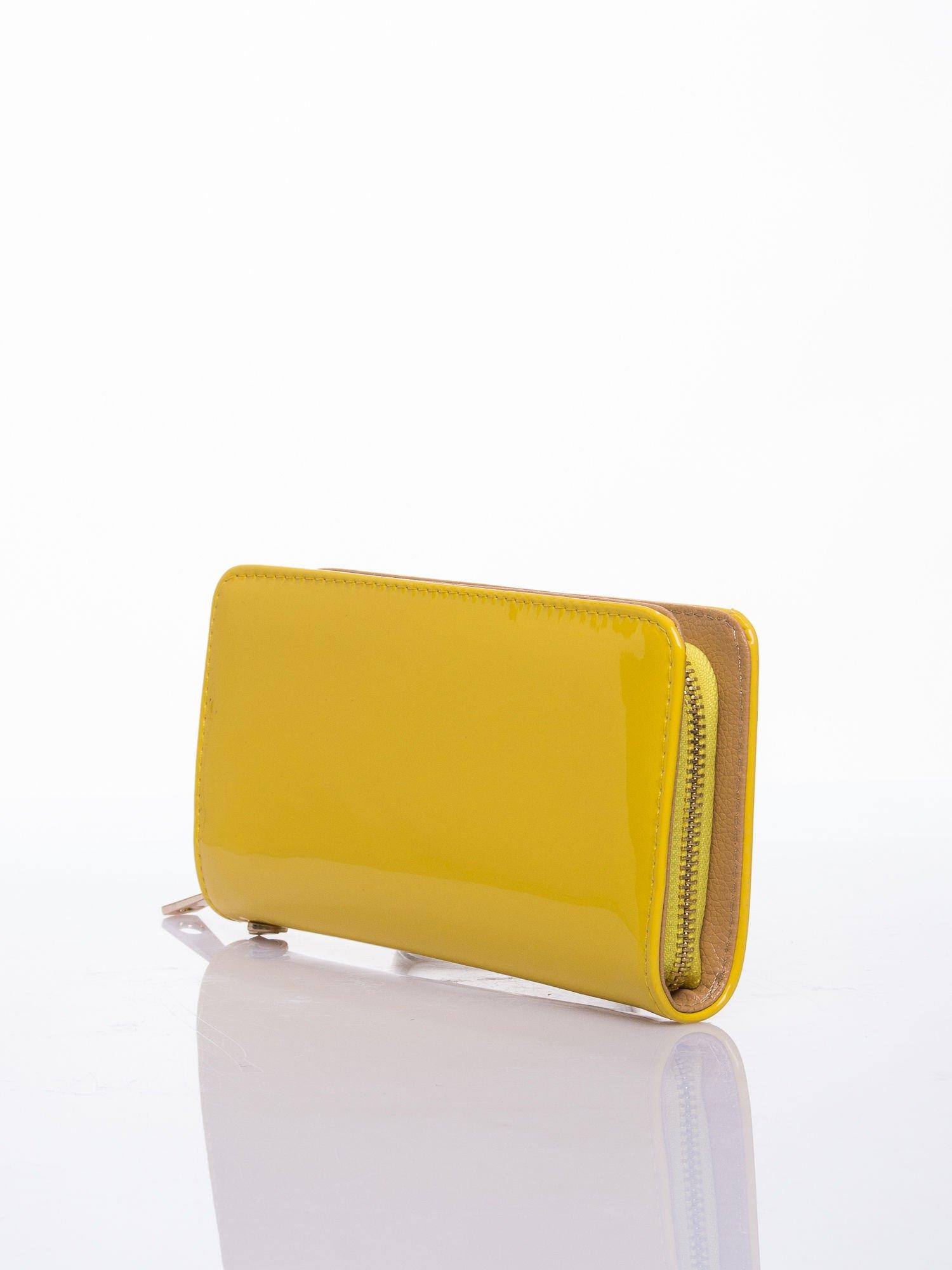 Żółty lakierowany portfel z odpinanym złotym łańcuszkiem                                  zdj.                                  2