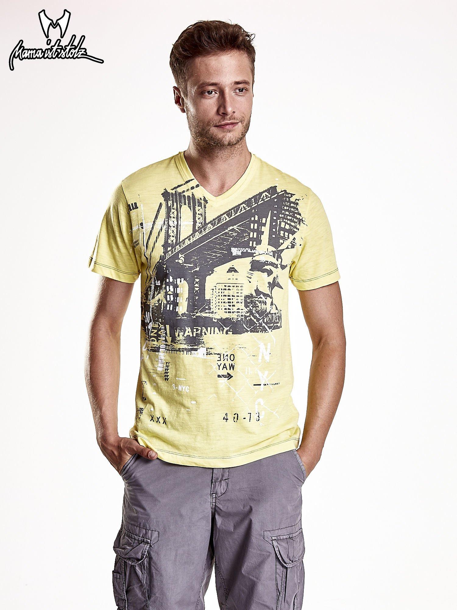 Żółty t-shirt męski z miejskim nadrukiem                                  zdj.                                  2