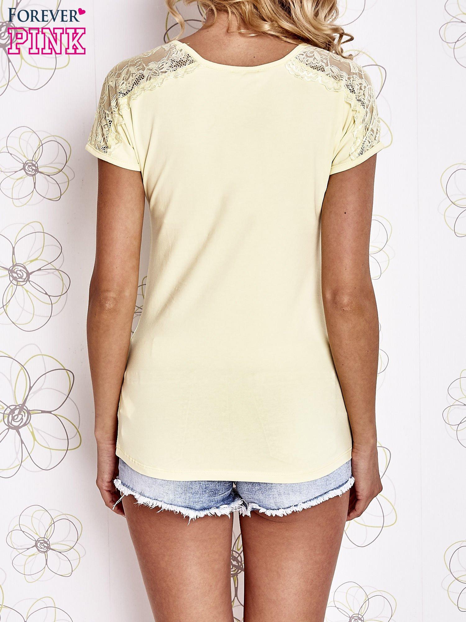 Żółty t-shirt z koronkowym wykończeniem rękawów                                  zdj.                                  4