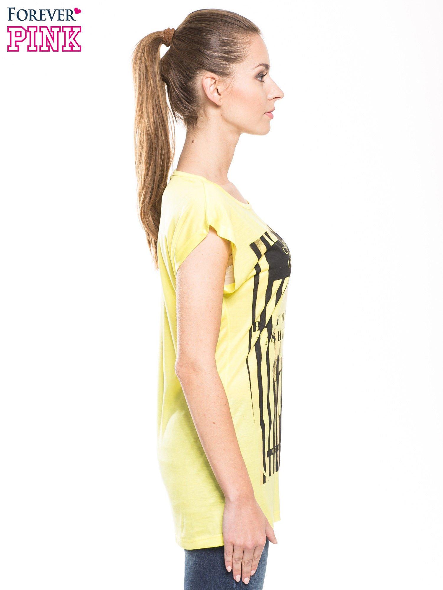Żółty t-shirt z nadrukiem kobiety w stylu fashion                                  zdj.                                  1