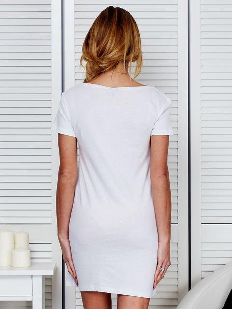 Bawełniana biała koszula nocna z nadrukiem                              zdj.                              2