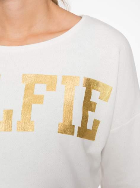Beżowa bluza cropped ze złotym napisem SELFIE                                  zdj.                                  6
