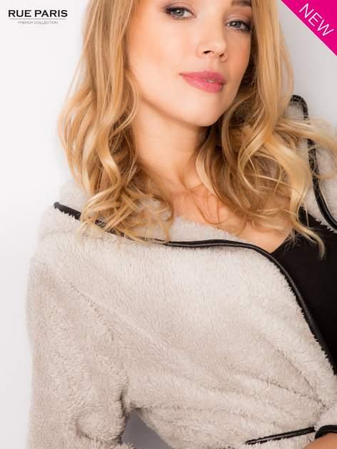 Beżowa bluza z kapturem ze skórzanym paskiem i lamówką                                  zdj.                                  6