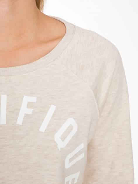 Beżowa bluza z reglanowymi rękawami i nadrukiem MAGNIFIQUE                                  zdj.                                  5