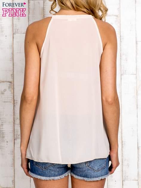 Beżowa bluzka koszulowa z aplikacją przy dekolcie                                  zdj.                                  5