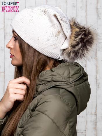 Beżowa czapka z błyszczącym nadrukiem i pomponem                                  zdj.                                  2