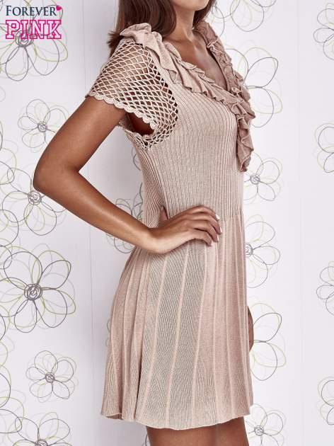 Beżowa dzianinowa sukienka z żabotem i ażurowymi rękawami                                  zdj.                                  3