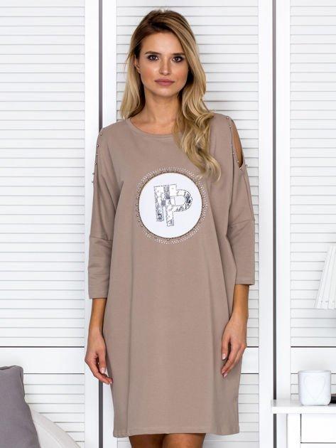 Beżowa sukienka damska oversize z perełkami i okrągłą naszywką                                  zdj.                                  1