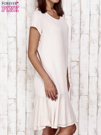 Beżowa sukienka dresowa z ozdobną falbaną                                  zdj.                                  3