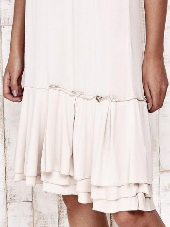 Beżowa sukienka dresowa z ozdobną falbaną                                  zdj.                                  5
