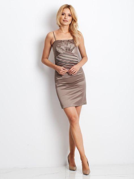 Beżowa sukienka z błyszczącą aplikacją                              zdj.                              2