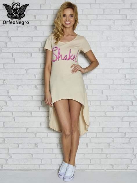 Beżowa sukienka z dłuższym tyłem i napisem SHAKE!                                  zdj.                                  2