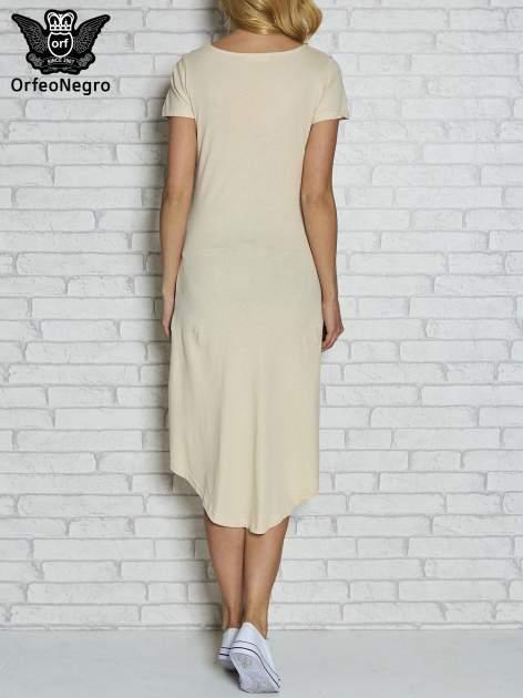 Beżowa sukienka z dłuższym tyłem i napisem SHAKE!                                  zdj.                                  4