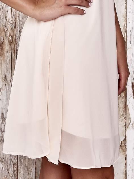 Beżowa sukienka z marszczonym dekoltem w paski                                  zdj.                                  5