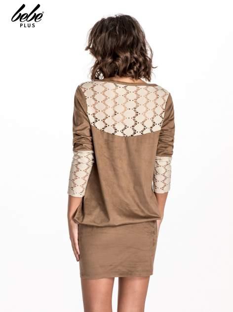 Beżowa zamszowa sukienka z gipiurą                                  zdj.                                  3