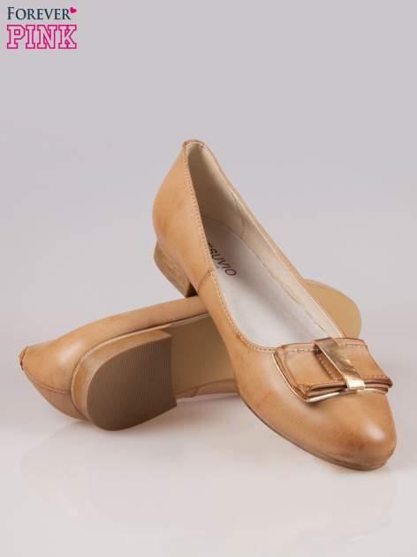 Beżowe baleriny faux leather Sophie ze złotą kokardą                                  zdj.                                  4