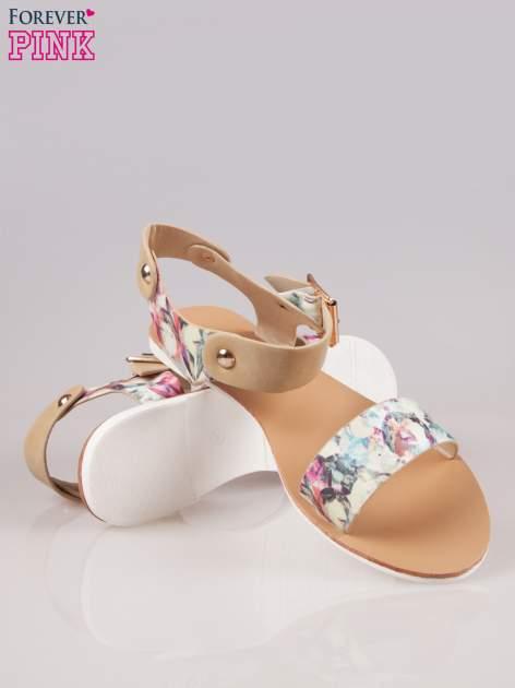 Beżowe kwiatowe płaskie sandały z klamerką                                  zdj.                                  4