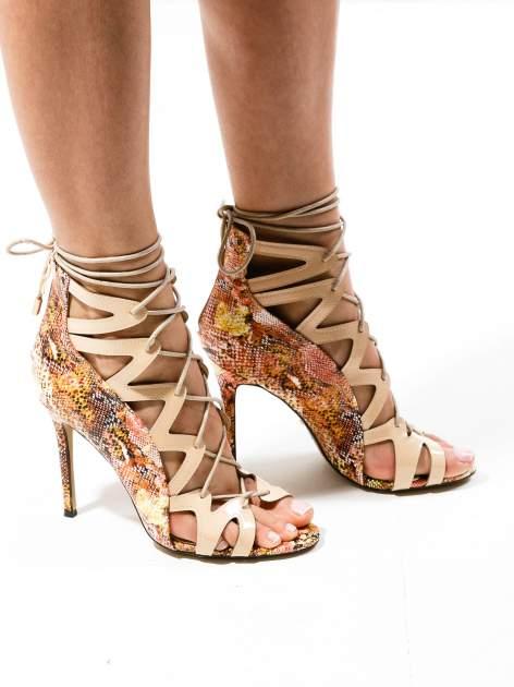 Beżowe sandały gladiatorki z motywem snake print                                  zdj.                                  1