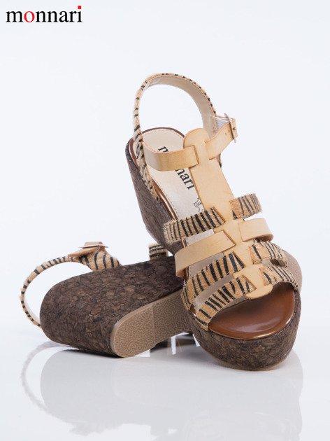 Beżowe sandały na korkowych koturanach Monnari z tygrysim wzorem na paskach                              zdj.                              4