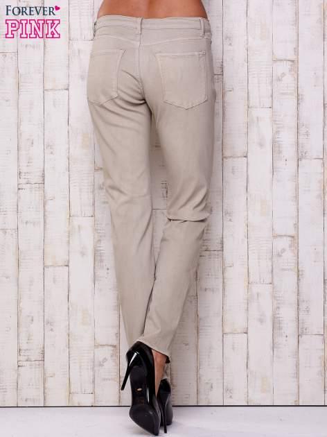 Beżowe spodnie o prostym kroju                                  zdj.                                  2