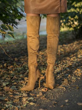 Beżowe zamszowe kozaki na szpilkach za kolano                                  zdj.                                  4