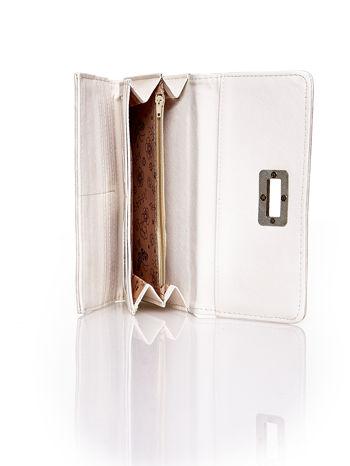 Beżowy fakturowany portfel ze stylizowanym zapięciem                                   zdj.                                  5