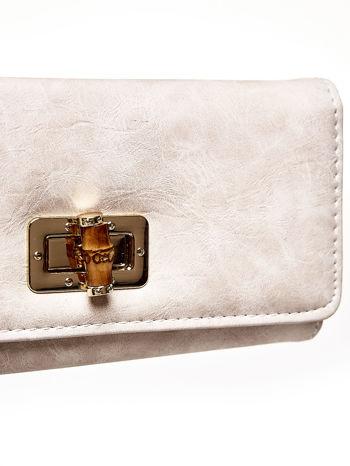 Beżowy fakturowany portfel ze stylizowanym zapięciem                                   zdj.                                  6