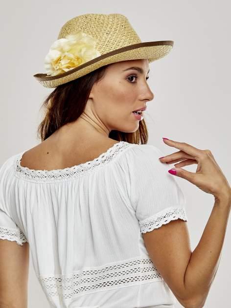 Beżowy kapelusz słomiany z dużym rondem i dużym kwiatem                                  zdj.                                  1