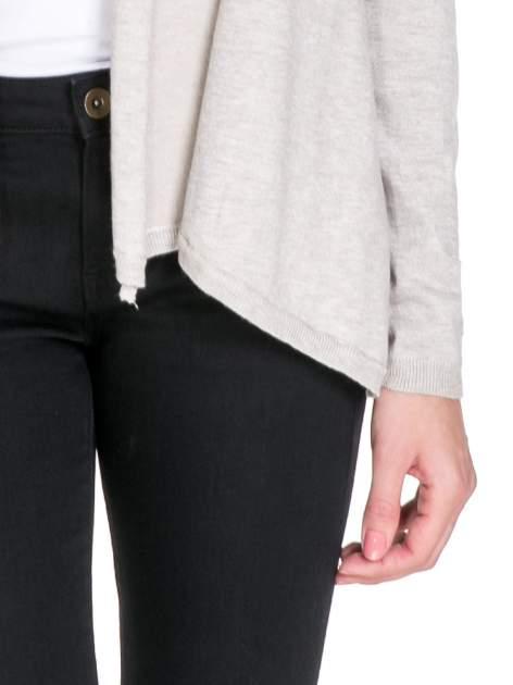 Beżowy otwarty sweter narzutka z dłuższym tyłem                                  zdj.                                  6