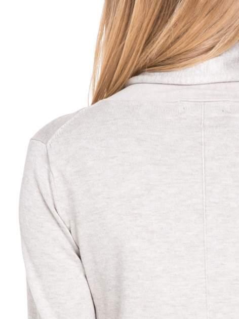 Beżowy otwarty sweter narzutka z dłuższym tyłem                                  zdj.                                  8