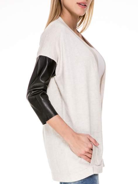 Beżowy sweter kardigan ze skórzanym rękawami 3/4                                  zdj.                                  6