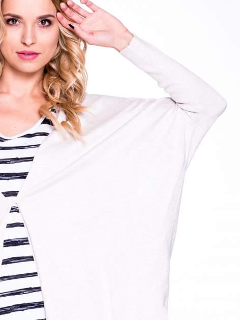 Beżowy sweter typu nietoperz zapinany na guzik                                  zdj.                                  4