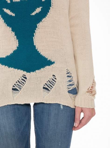 Beżowy sweter z jelonkiem i efektem destroyed                                  zdj.                                  7