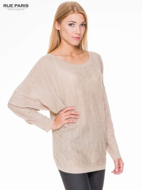 Beżowy sweter z nietoperzowymi rękawami