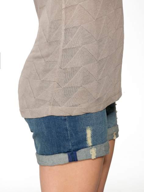 Beżowy t-shirt z ażurowymi przeszyciami i kieszonką                                  zdj.                                  9