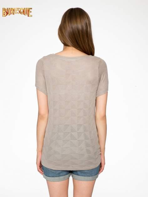 Beżowy t-shirt z ażurowymi przeszyciami i kieszonką                                  zdj.                                  4