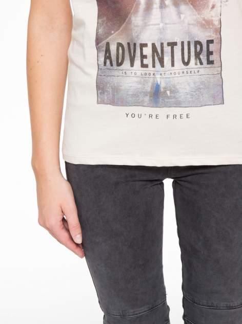 Beżowy t-shirt z fotografią drogi i napisem ADVENTURE                                  zdj.                                  7
