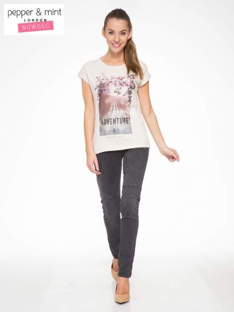 Beżowy t-shirt z fotografią drogi i napisem ADVENTURE                                  zdj.                                  5