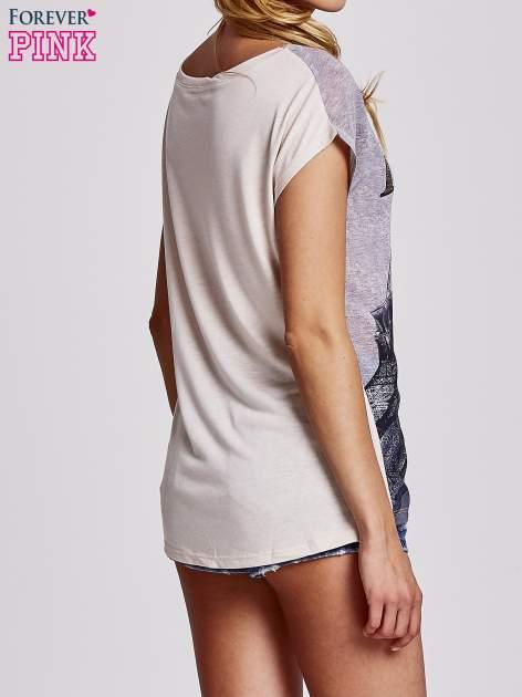 Beżowy t-shirt z motywem Wieży Eiffla                                   zdj.                                  4