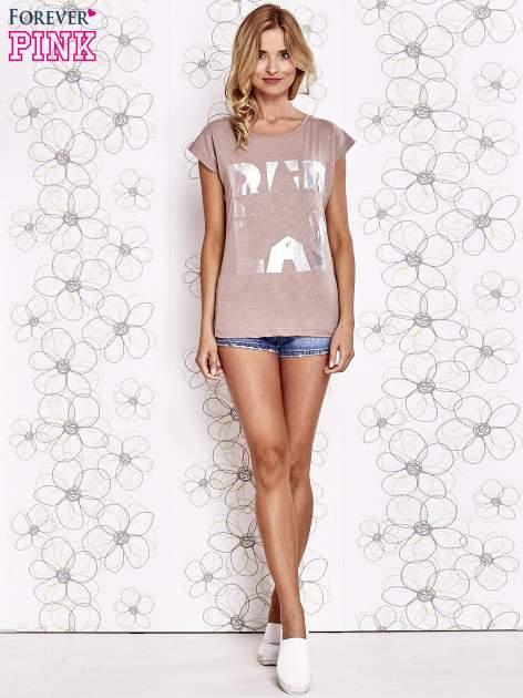 Beżowy t-shirt z motywem gwiazdy i dżetami                                  zdj.                                  4