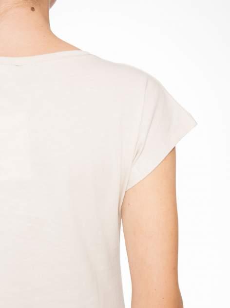 Beżowy t-shirt z motywem zwierzęcym                                  zdj.                                  8