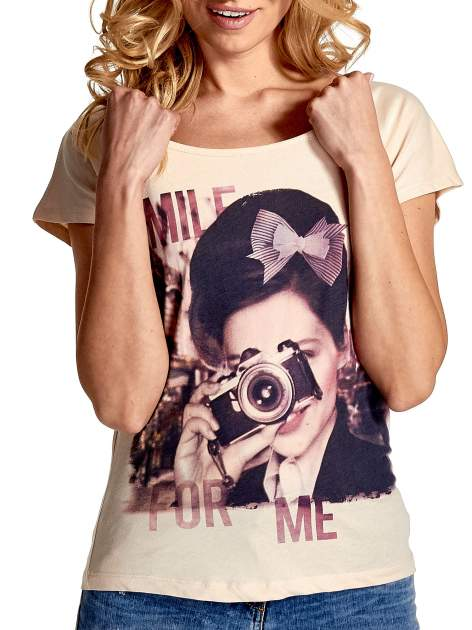 Beżowy t-shirt z nadrukiem SMILE FOR ME                                  zdj.                                  5