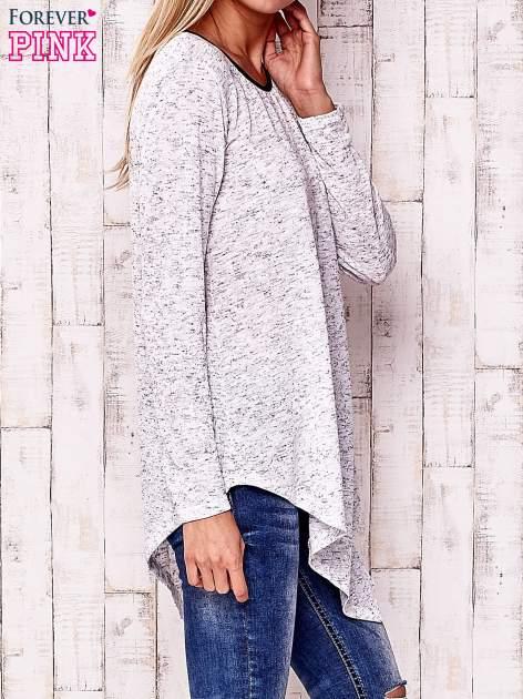Biała asymetryczna bluzka z ciemniejszą nitką                                  zdj.                                  3