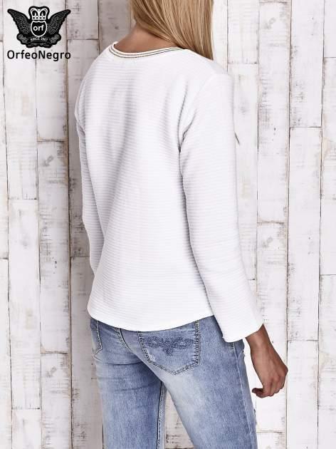 Biała bluza w stylu glamour ze złotym nadrukiem i lamówką                                  zdj.                                  5