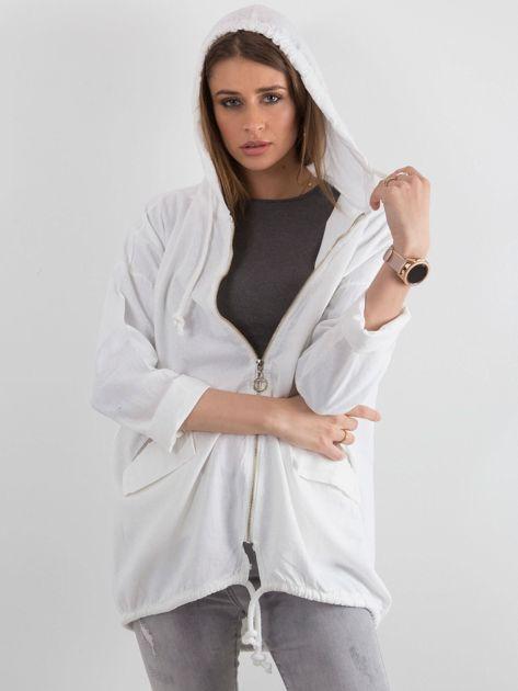 Biała bluza z nadrukiem i kapturem                              zdj.                              6