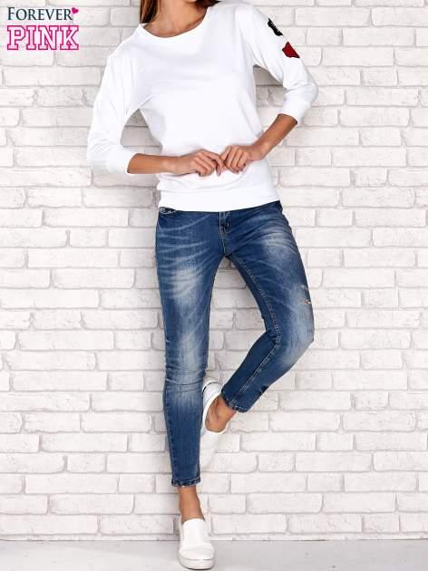 Biała bluza z naszywkami na rękawie                                  zdj.                                  2
