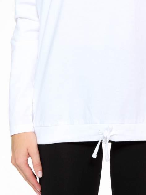 Biała bluzka dresowa z kołnierzokapturem i ściągaczem na dole                                  zdj.                                  9