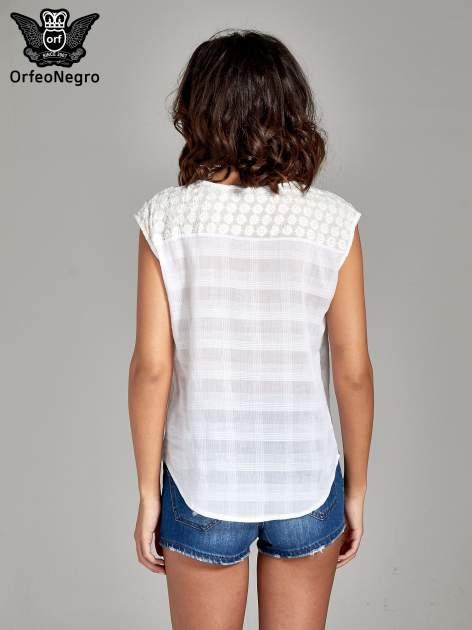 Biała bluzka koszulowa w kratę z guziczkami                                  zdj.                                  4