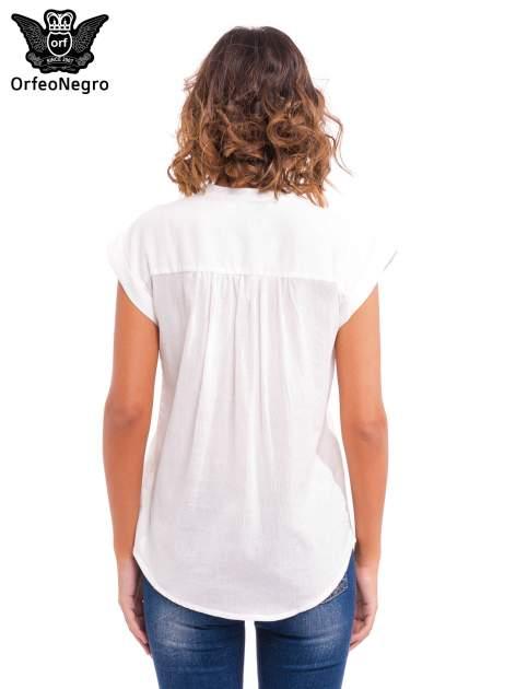Biała bluzka koszulowa z ażurowaniem wzdłuż dekoltu                                  zdj.                                  4