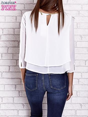 Biała bluzka koszulowa z biżuteryjnym dekoltem                                  zdj.                                  5